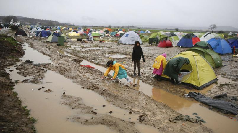 14.000 personnes s'entassent dans un camp ultra-précaire à la frontière avec la Macédoine.