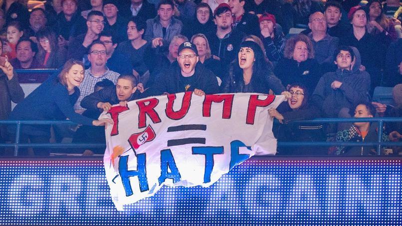 De jeunes hispaniques équipés de pancartes proclamant «Trump = haine» ou «Trump est un bouffon», des militants de Bernie Sanders et du mouvement anti-raciste «Black Lives Matter» se sont rassemblés à l'intérieur de l'arène sportive de l'université de l'Illinois.