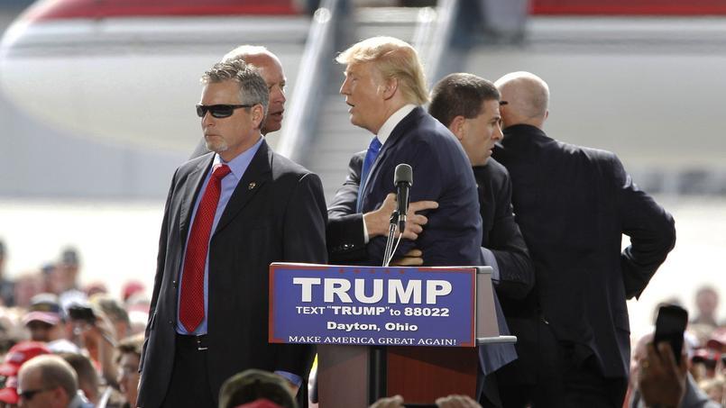 Un spectateur a réussi à franchir les cordons de sécurité près de la tribune. Une grande clameur s'est élevée de la foule tandis que des agents des services secrets sont montés sur l'estrade ont fait rempart autour de Trump.