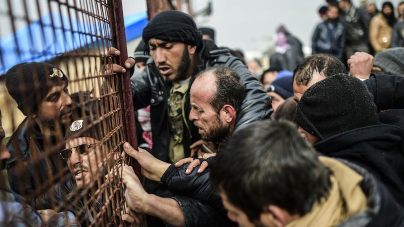 Des réfugiés attendent des tentes, le 6 février 2016 à Bab al-Salama, près d'Azaz au nord de la Syrie. Ils fuient Alep assiégée.