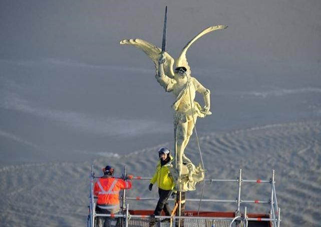 C'est la première fois, depuis sa dernière restauration en 1987, que l'archange est décroché. La restauration, prévue elle pendant deux mois, doit coûter 450.000 euros.