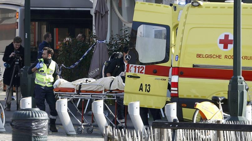 Une personne est évacuée après des échanges de tirs à Bruxelles dans le cadre d'une perquisition.