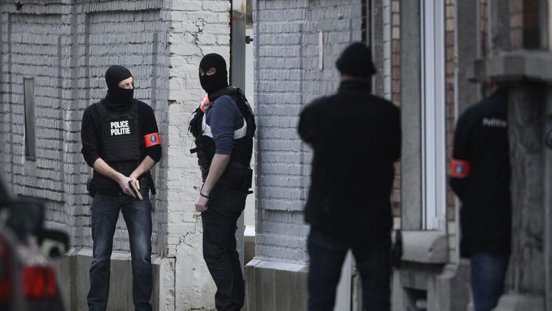 Des policiers sur les lieux de la fusillade qui s'est déroulée mardi à Forest, dans le sud de Bruxelles.