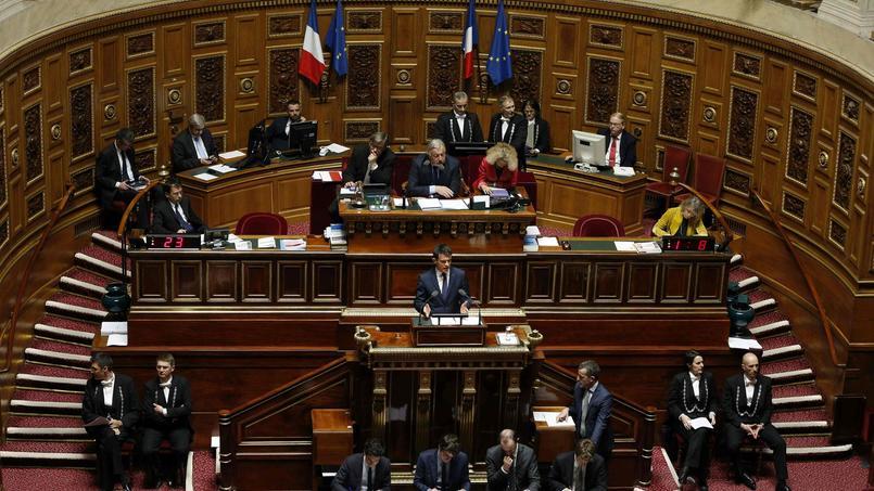 Manuel Valls s'adresse aux sénateurs durant le débat sur la déchéance de nationalité, mercredi à Paris.