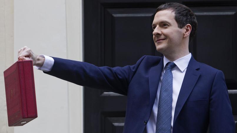 George Osborne, tenant dans la main une valise contenant les propositions pour le budget.
