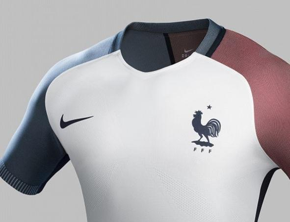 Le nouveau maillot de l 39 quipe de france pour l 39 euro 2016 for Nouveau maillot exterieur equipe de france