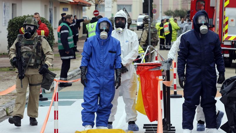 A Nimes, jeudi 17 mars 2016, les forces de l'ordre et le personnel médical dans une