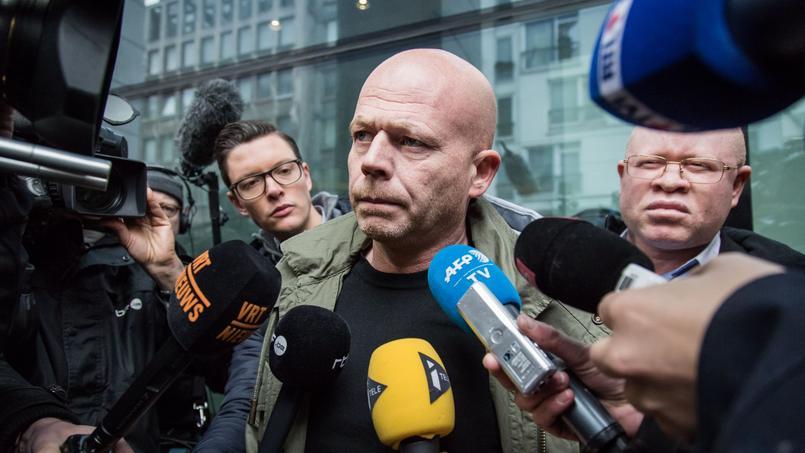 Me Sven Mary, entouré de micros et caméras samedi, après l'audition de son client Salah Abdeslam par un juge d'instruction en Belgique.