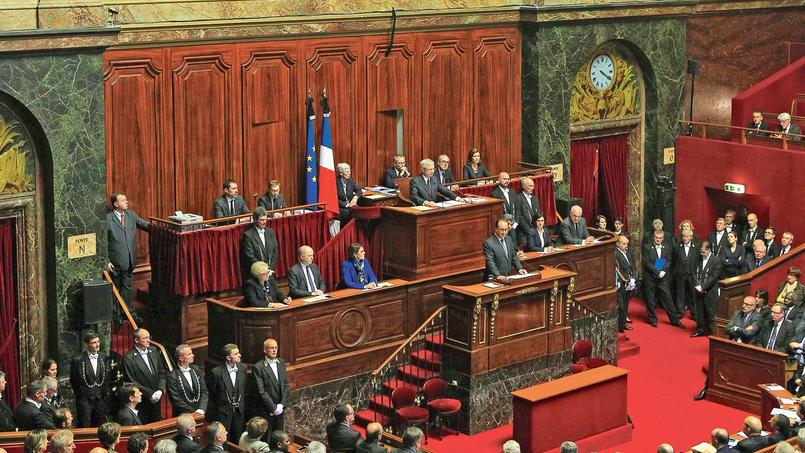 Le 16 novembre 2015, trois jours après les attentats de Paris, François Hollande annonce, devant le Congrès du Parlement à Versailles, qu'il va présenter une révision de la Constitution.
