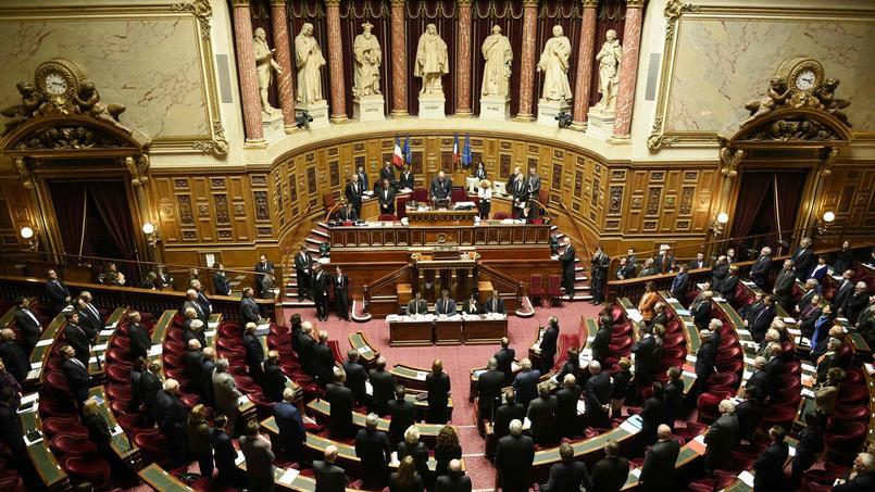 Avant l'adoption du projet de révision constitutionnelle, les sénateurs ont observé, mardi, une minute de silence en hommage aux victimes des attentats de Bruxelles.