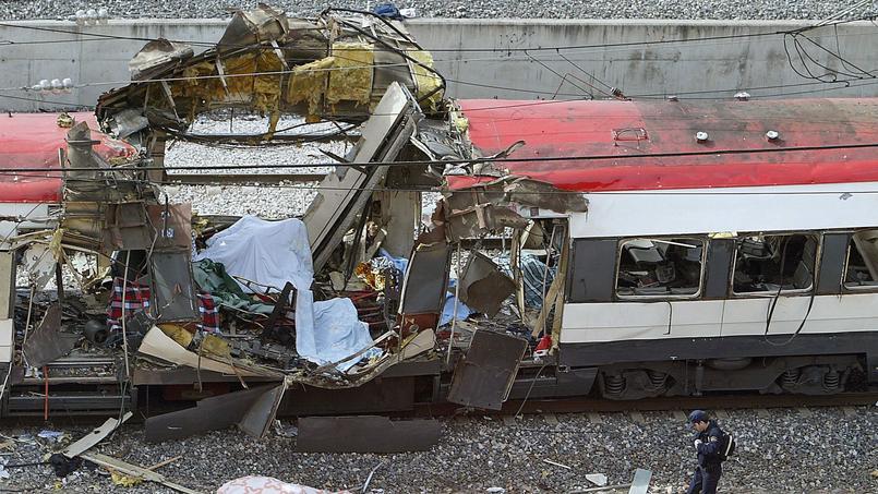 Dix bombes explosent dans trois gares et un train à Madrid le 11 mars 2004. L'attentat est revendiqué par al-Qaida.