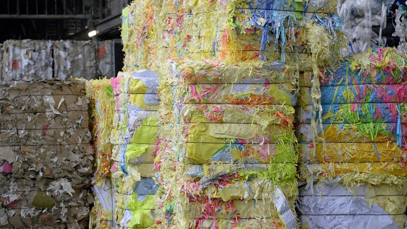 La gestion des déchets, comme ici du papier, coûte 10 milliards d'euros par an à la France.
