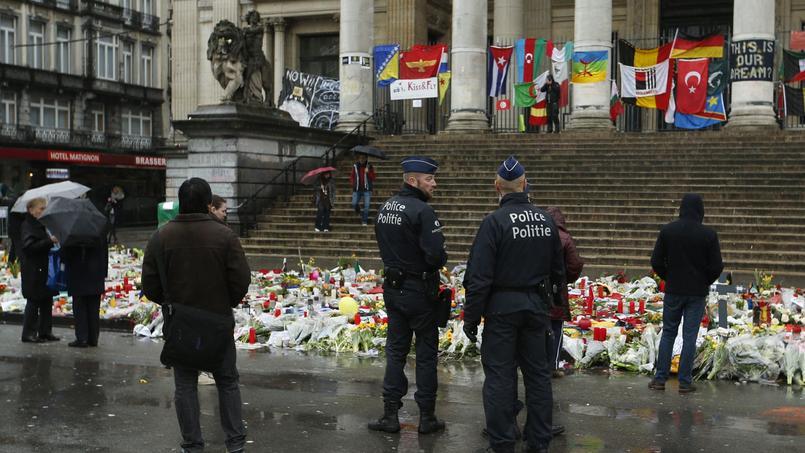 Des policiers patrouillent place de la Bourse à Bruxelles.