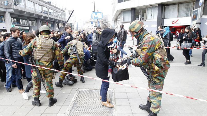 À l'entrée du métro près de la place de la Bourse, les soldats fouillent les usagers ce vendredi.