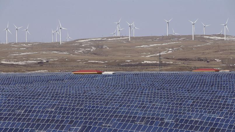 Un parc d'éoliennes et de panneaux photovoltaïques à Zhangjiakou, en Chine.