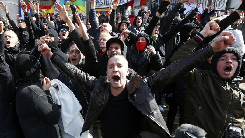 Les forces de l'ordre ont dû intervenir pour encercler ces manifestants .