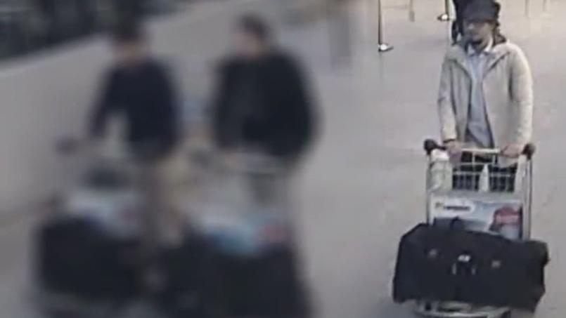 La police a lancé un nouvel appel à témoins lundi concernant «l'homme au chapeau», à droite sur cette image.
