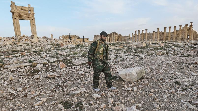 Un soldat de l'armée syrienne parcours les ruines du temple de Baashamin à Palmyre, gravement endommagé par l'occupation de l'État islamique.