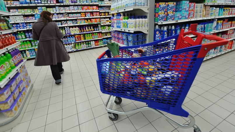 Une personne fait ses courses dans un supermarché à Bailleul (photo d'illustration).