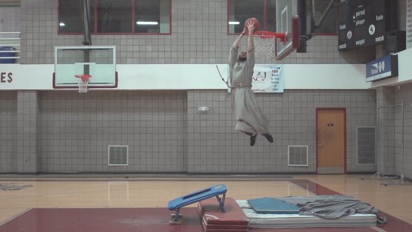 Capture de la vidéo «Renewal in motion», où les franciscains du Renouveau enchaînent les dunks pour la bonne cause.