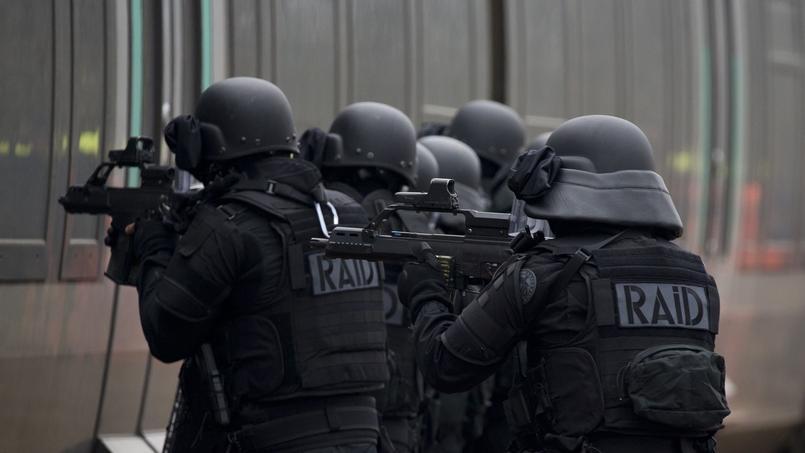 Un exercice du Raid simule un attentat terroriste près de Lyon, le 30 mars. Crédits photo: Kenzo Tribouillard/AFP