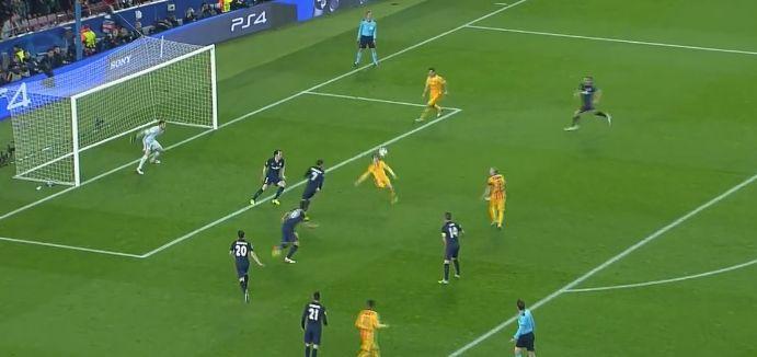 Lionel Messi a tenté un retourné acrobatique.