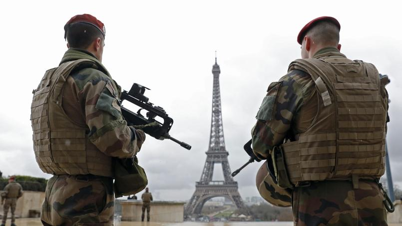 Des soldats sur le parvis du Trocadéro, à Paris.