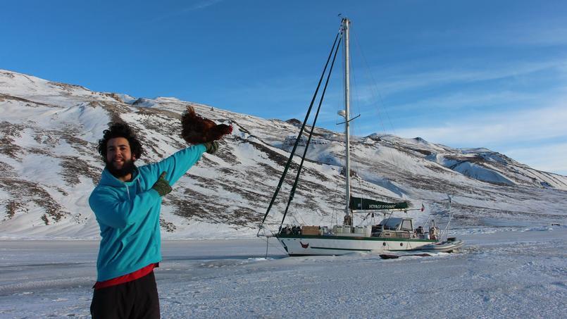 Guirec et Monique devant leur voilier, le «Voyage d'Yvinec» Crédits: Guirec Soudée