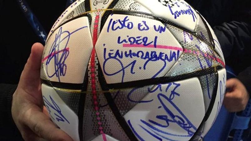 Des joueurs du Real Madrid ont dédicacé le ballon du match pour Cristiano Ronaldo.