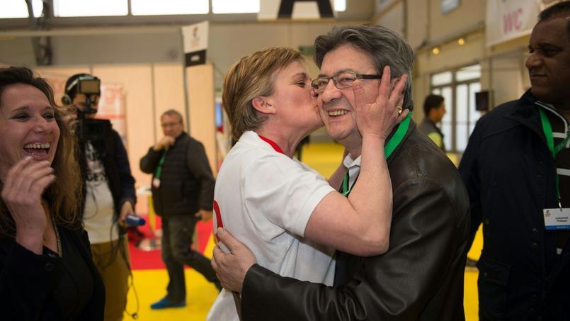 Jean-Luc Mélenchon, embrassé lundi lors de sa venue au congrès de la CGT à Marseille par une déléguée (AFP PHOTO / BERTRAND LANGLOIS).