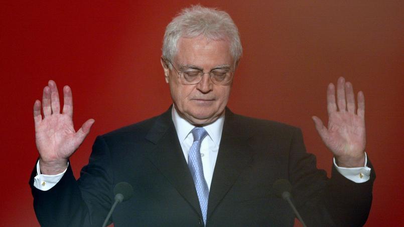 Au soir du premier tour de la présidentielle, le 21 avril 2002, Lionel Jospin, défait annonce son retrait de la vie politique.