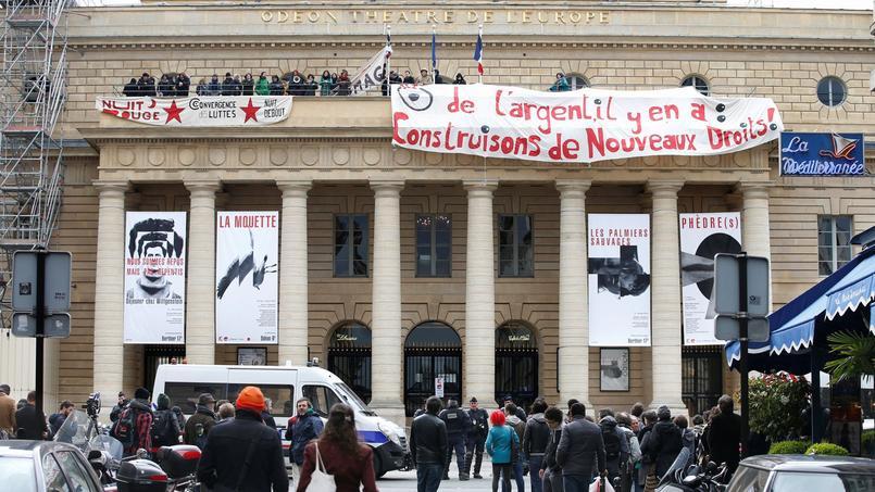Paris, lundi 25 avril devant le théâtre de l'Odéon.