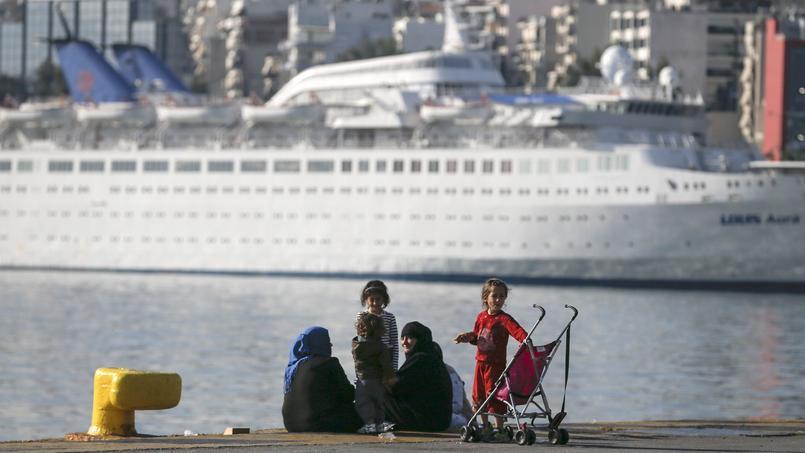 Deux migrantes et leurs enfants au Pirée (Grêce).
