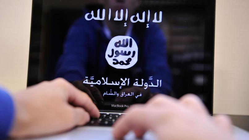 Un jeune homme visite un site de recrutement au djihad.