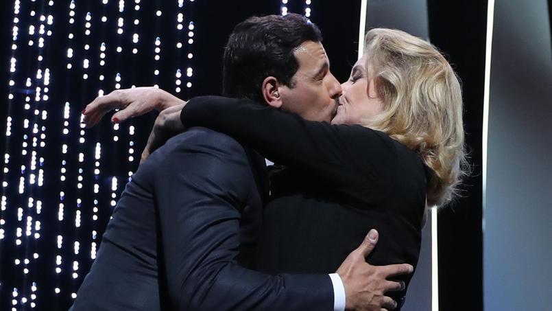 Lors de l'inauguration de la 69e édition du festival de Cannes, au beau milieu d'une cérémonie, Catherine Deneuve en robe du soir a fait irruption sur la scène et va embrasser langoureusement Laurent Lafitte sidéré.