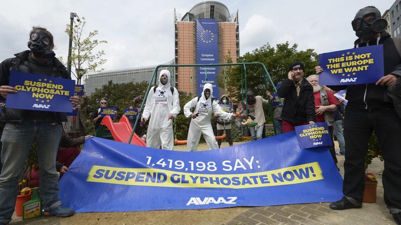 Des opposants à la prolongation de l'homologation du glyphosate, devant la Commission européenne ce jeudi.