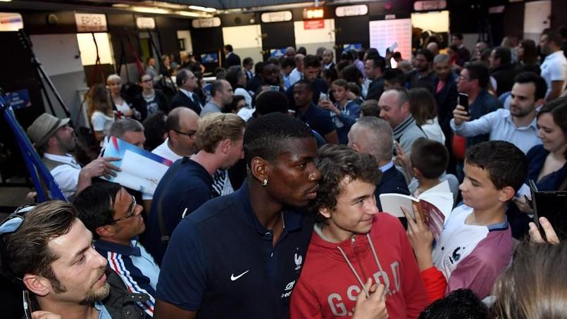 Rencontre mouvementée entre les Bleus et leurs supporters à l'hippodrome de Vincennes.