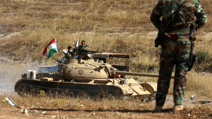 Des combattants peshmergas tiennent une position près du village d'Hassan Sham, à 45 kilomètres de la ville de Mossoul, le 29 mai 2016.