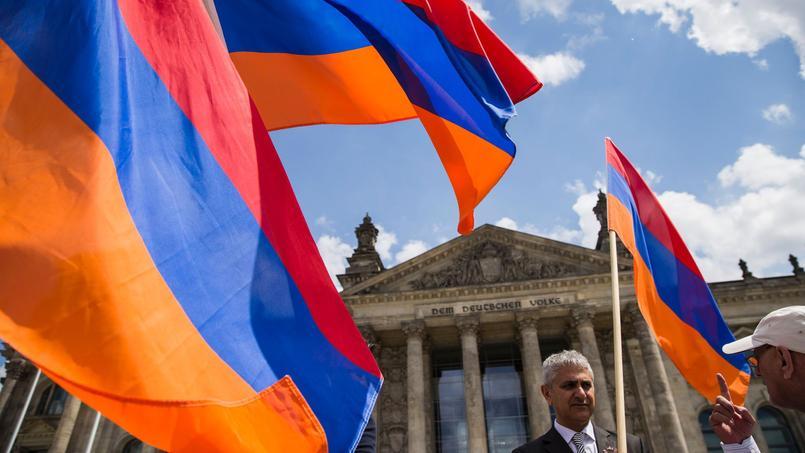 Des drapeaux arméniens flottent devant le Bundestag, à Berlin, le 2 juin à l'heure du vote des députés allemands.