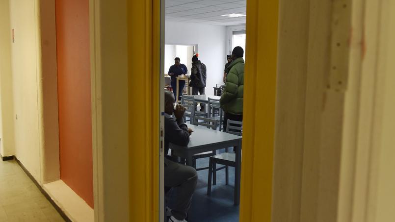 Des réfugiés et des migrants à l'ancien lycée Jean-Quarré, à Paris, transformé en refuge.