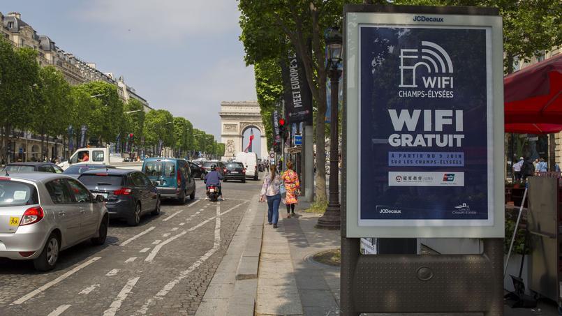Les trois quarts de l'avenue sont couverts, entre l'Arc de Triomphe et le Rond-Point des Champs-Élysées.
