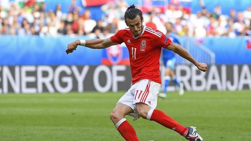 Gareth Bale casse le nez d'un supporteur sur une frappe