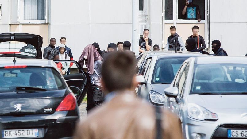 Mardi, des policiers procèdent à l'interpellation d'un suspect dans le quartier du Val Fourré à Mantes-la-Jolie (Yvelines), dans le cadre de l'enquête sur le double meurtre de Magnanville.