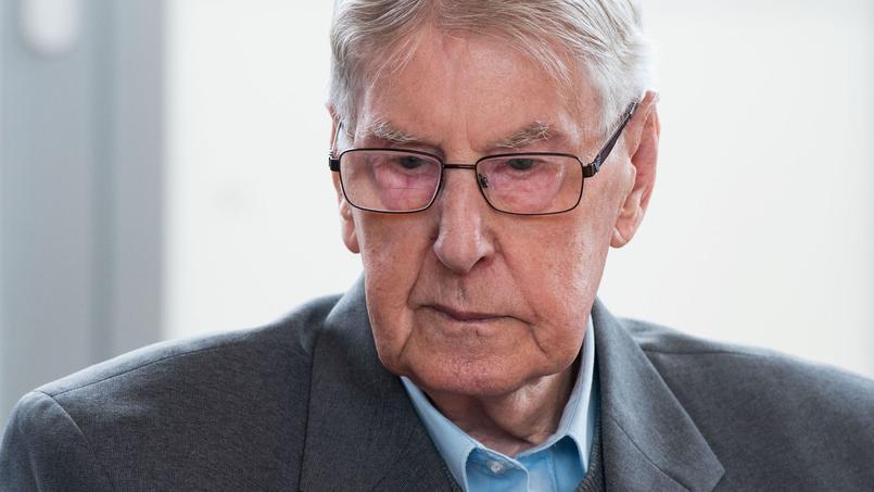 Pendant la majeure partie de son procès, l'ancien SS de 94 ans est resté immobile et silencieux, les yeux rivés au sol.