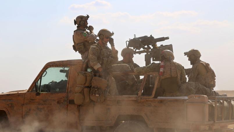 Des hommes des forces démocratiques syriennes près de Fatisah, dans la province de Raqqa, le 25 mai.