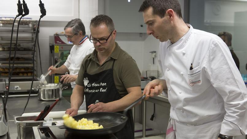 Cours de pâtisserie de Norbert Vannier (à gauche), meilleur ouvrier de France au Centre de formation et d'expertise culinaire (CFEC) de Dieppe.