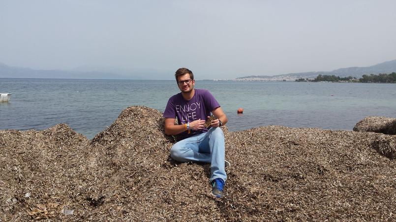 Stavros Tsompanidis, le fondateur de PHEE, sur un tas de «posidonia oceanica» (crédits: Ta Nea).