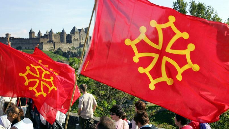 Le drapeau occitan, symbole fort de la culture occitane avec sa croix.