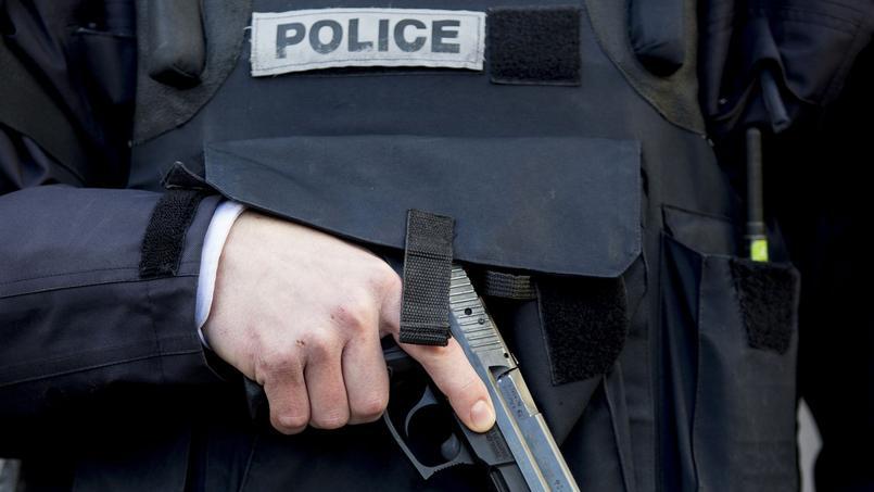Un policier armé, près de la rue de la Goutte d'Or, le 7 janvier dernier, après l'attaque d'un commissariat de police. Photo d'illustration.