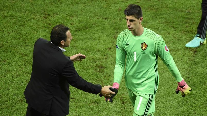 Le sélectionneur Marc Wilmots serre la main à Thibaut Courtois.